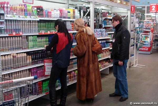 Кира Канаян изучает выкладку товара в зоне парфюмерии, косметики и бытовой химии.