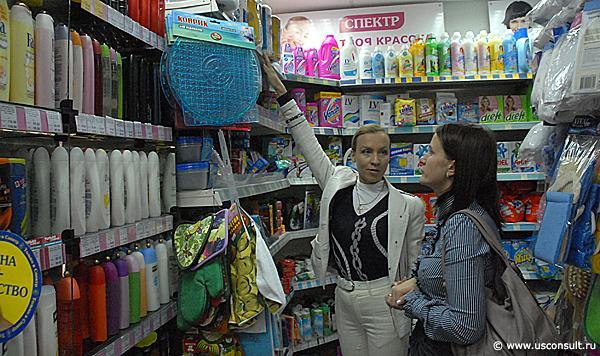 """Кира Канаян консультирует сотрудников  """"Спектр групп """" по выкладке товаров категории  """"бытовая химия """" ."""