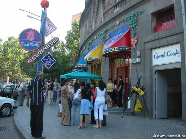 Рядом с магазинами кондитерской сети
