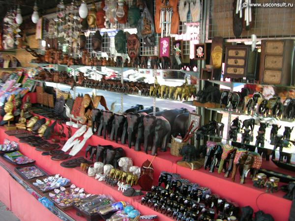 ...фигурками Будды, деревянными украшениями, а также изделиями из кожи.